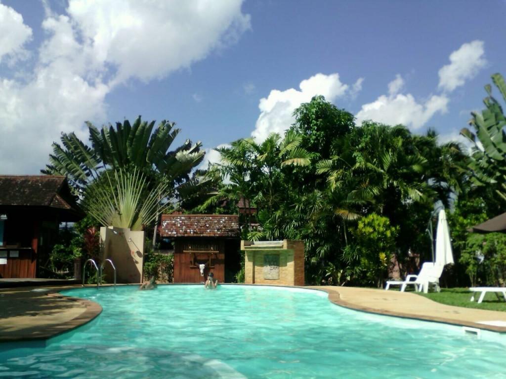 世界一周 タイ チェンコーン 宿 プール
