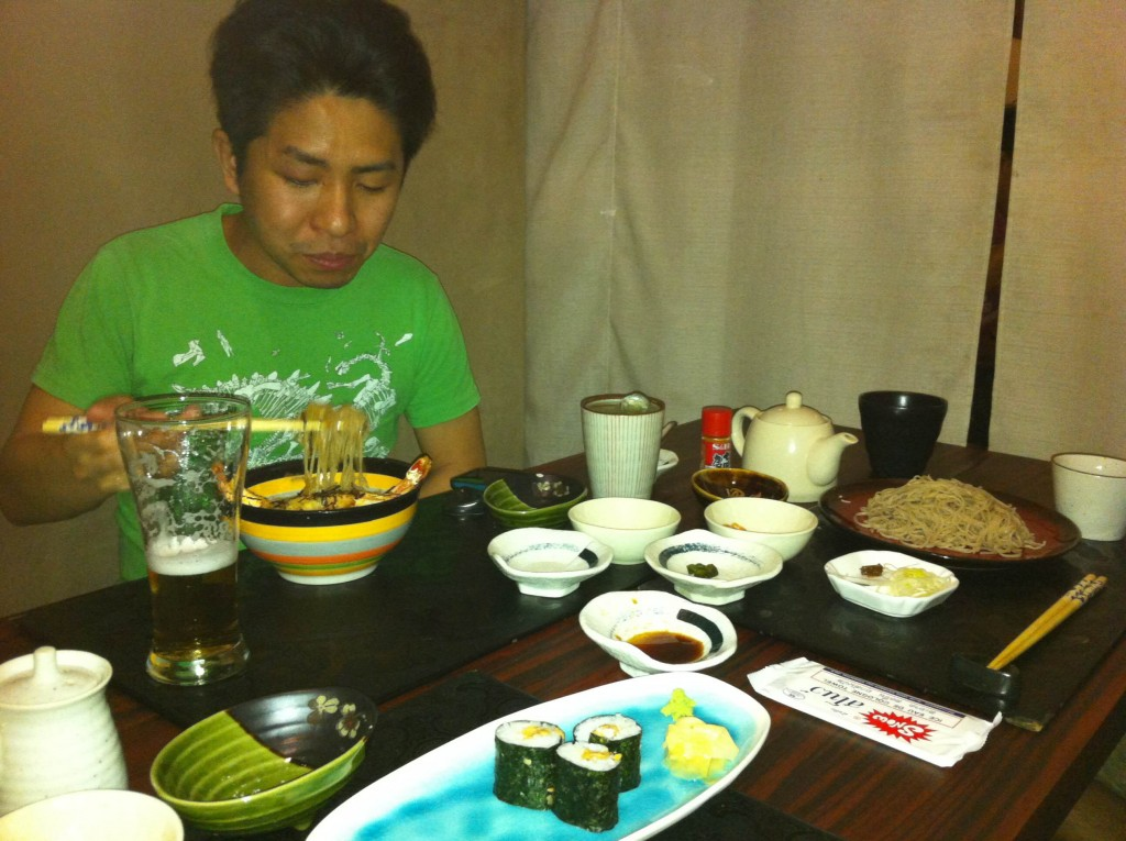 ヤンゴンの日本食屋さんにてそばと寿司