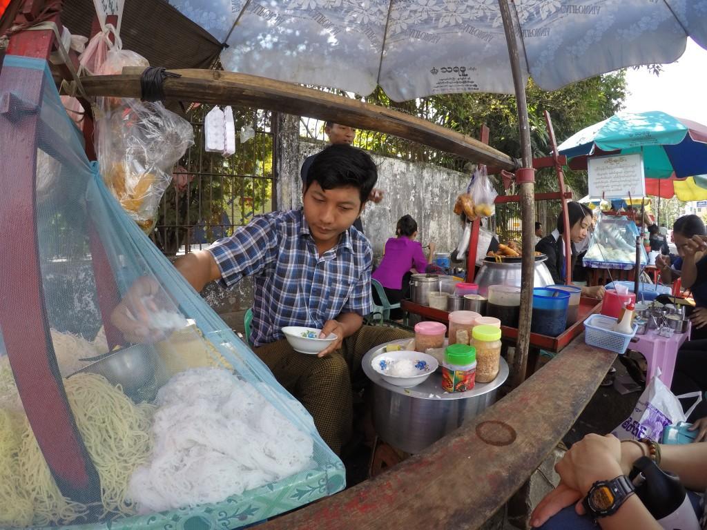 ヤンゴン、美味しい麺、バスチケット売り場近く、大繁盛店