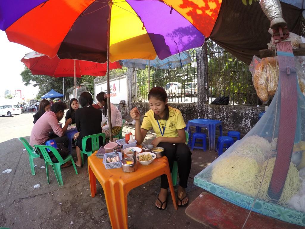 ヤンゴン、大繁盛店、人気、麺、屋台