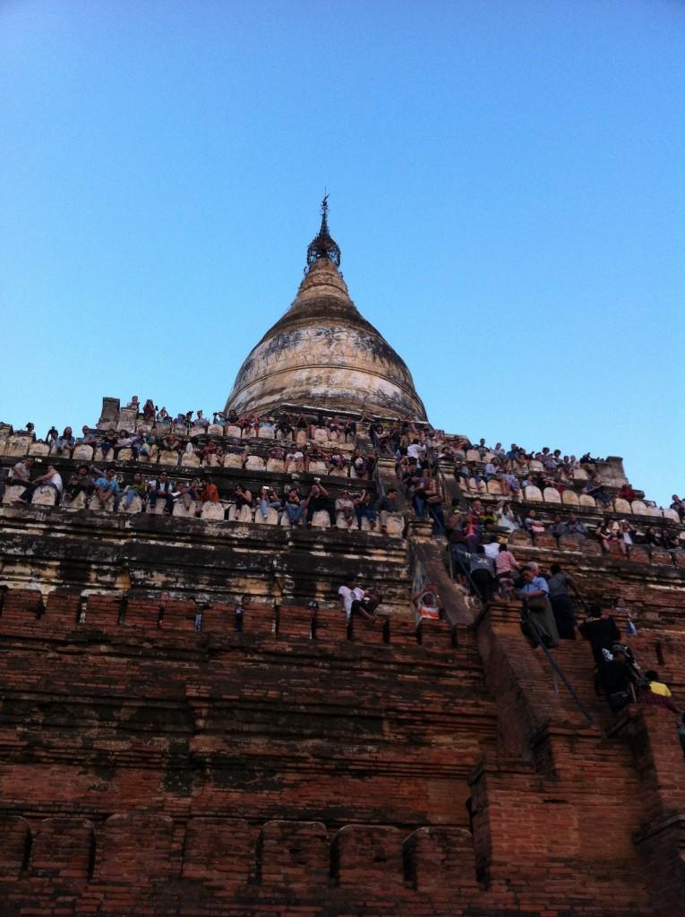 遺跡に溢れかえるサンセットを拝まんとする観光客たち