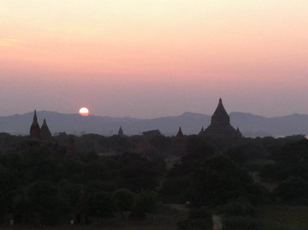 バガンでの見事な夕陽