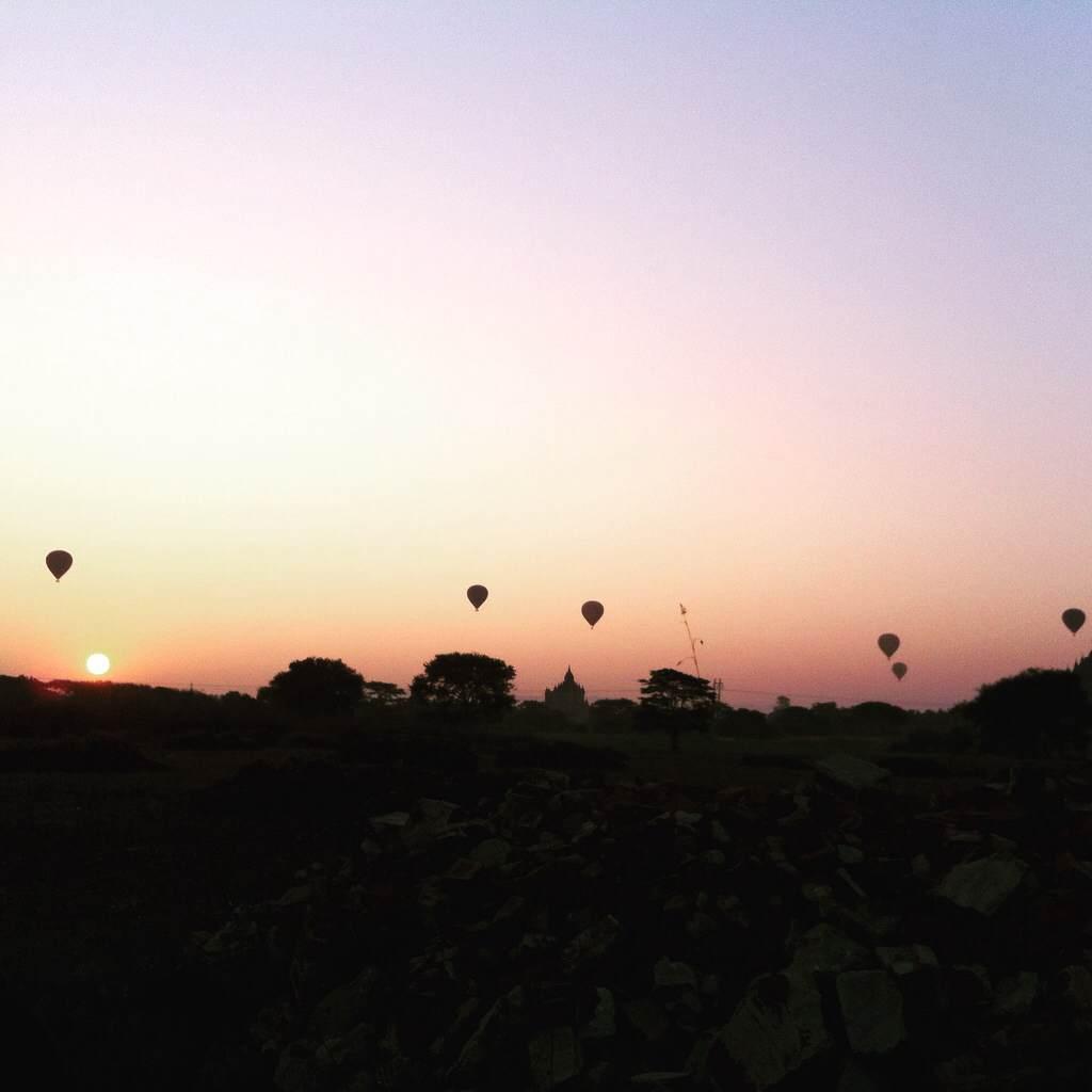 バガンの日の出と気球