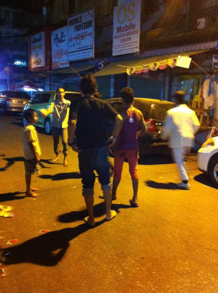ヤンゴンの夜、少年たちとサッカー