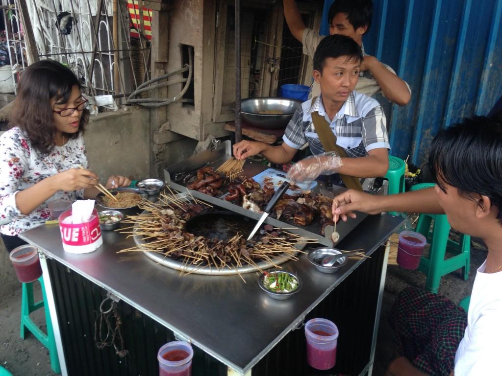 ヤンゴンの串の屋台