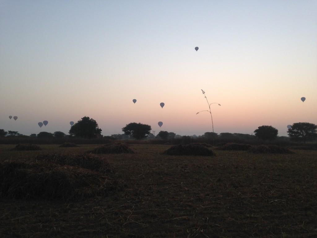 気球が上がって朝日も上りかけ