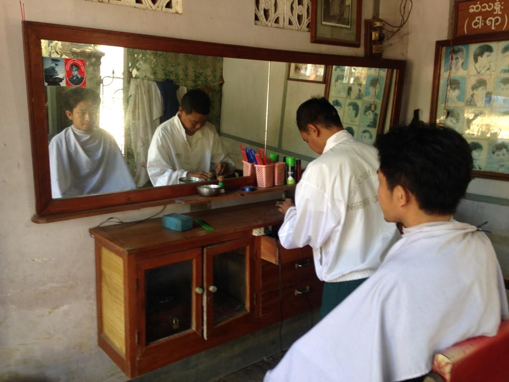 散髪前に道具を並べていく儀式