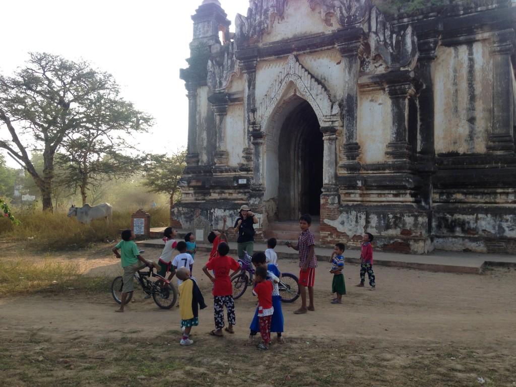 バガンの遺跡で遊ぶ子供たち