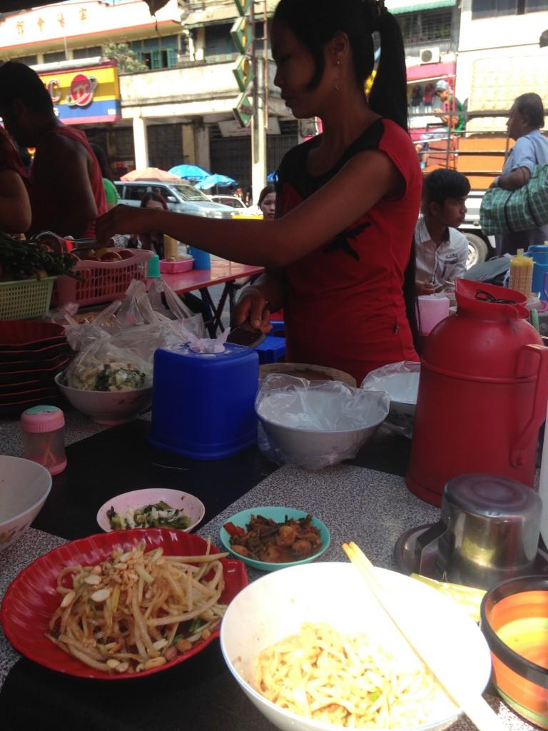 ヤンゴン 屋台飯 パパイヤサラダ 美味い