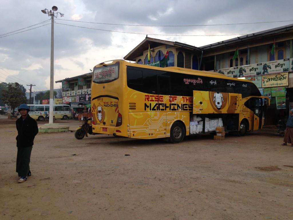 ミャンマー 長距離バス VIP 3列シート 冷房きつい