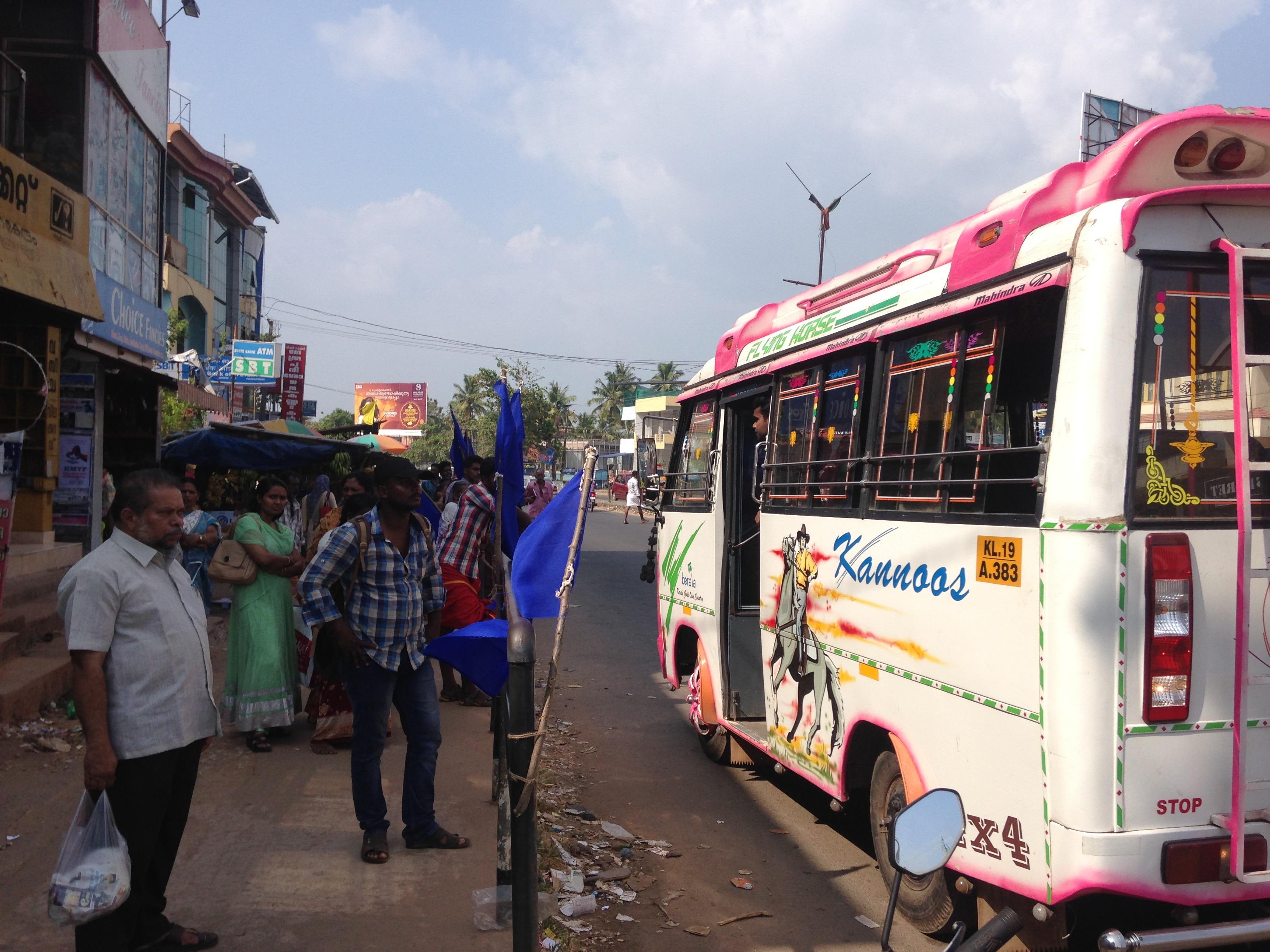 カニャクマリ バルカラ 移動 ローカル バス 路上 バス停