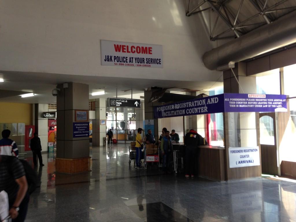 インド 国内線 カシミール ムンバイ 世界一周 旅 ブログ 国内線 スリナガル 外国人観光登録証明書