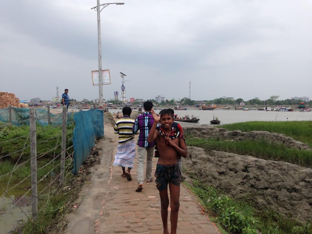 バングラデシュ モングラ 川 少年