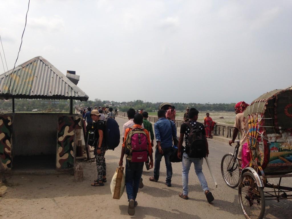 インド ネパール 陸路 国境 橋