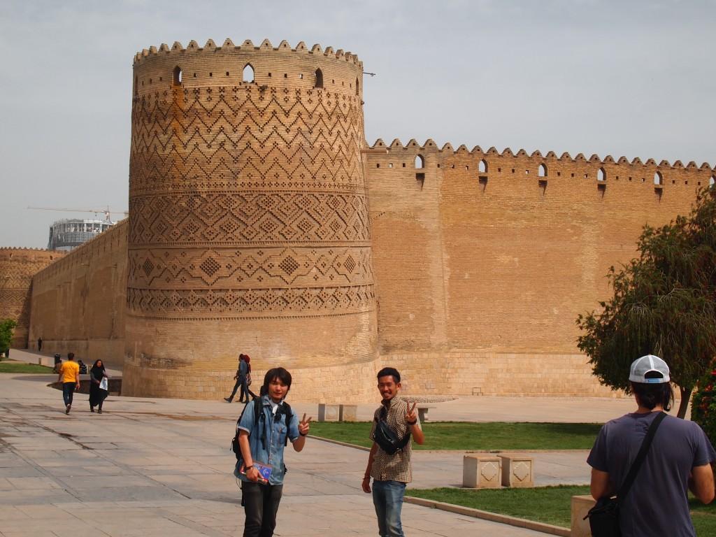 ピンクモスク 偶然 再会 シーラーズ 観光 Nasir al mulk mosque シェーチェラーグ エマームガーデン 世界一周 旅 ブログ