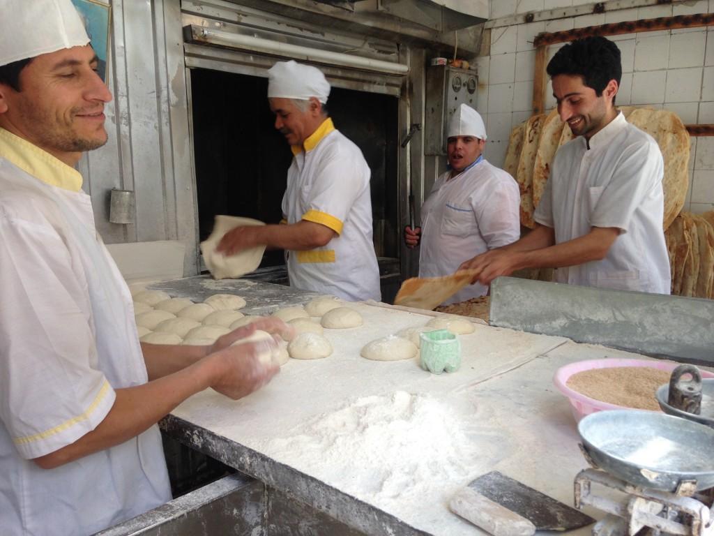 マシュハド やるべき 宿 アウトドアショップ 世界一周 旅 ブログ パン屋 証明写真 ナッツ