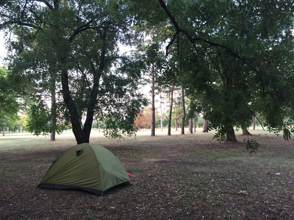 セルビア ノヴィサド 移動 ルーマニア 国境 キャンプ