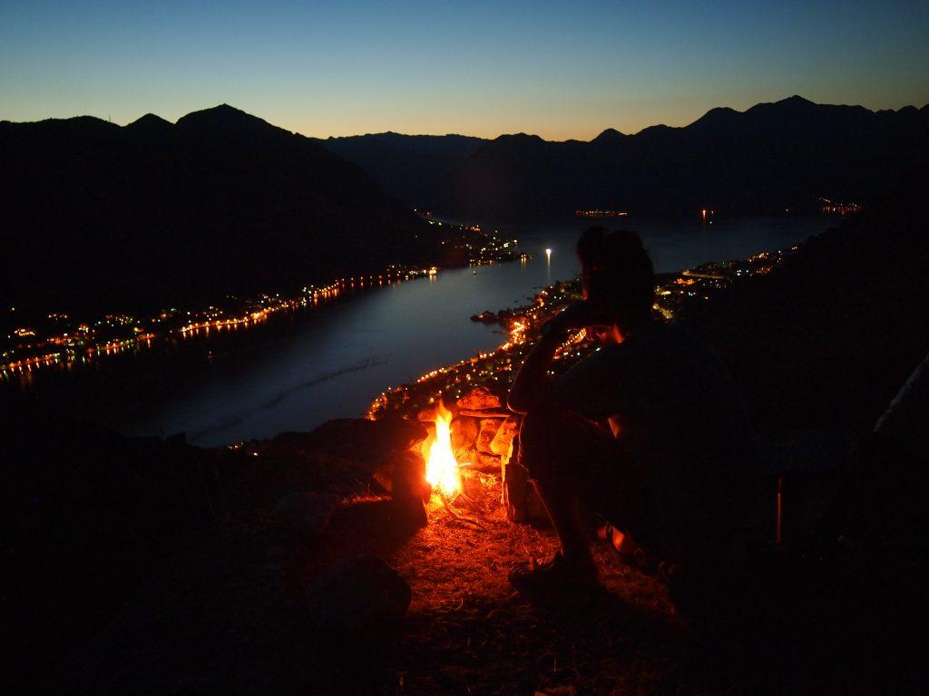 世界一周 モンテネグロ コトル 山 トレッキング 夜景 焚き火