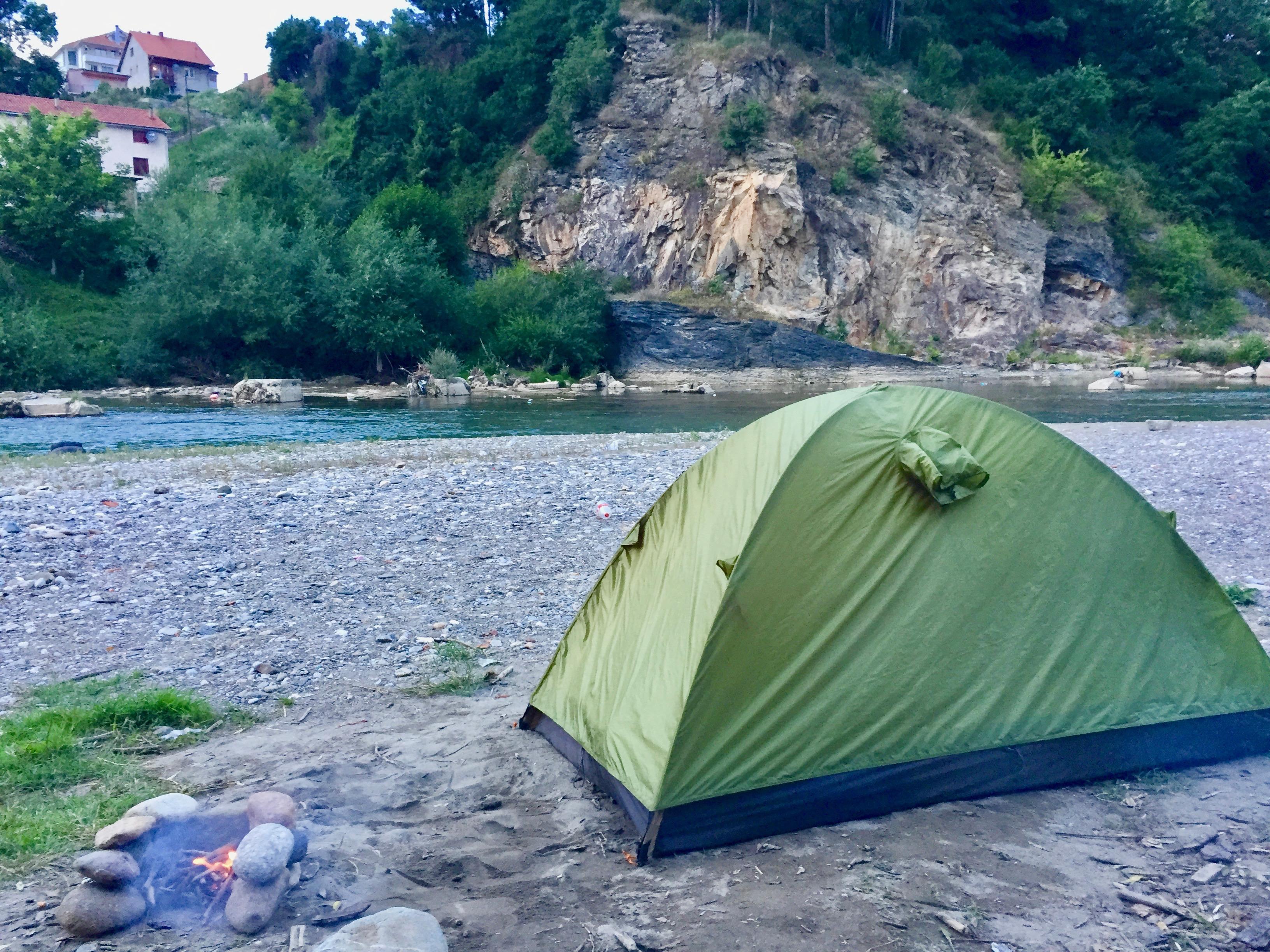 世界一周 ゲストハウス 宿 コソボ モンテネグロ セルビア ルーマニア キャンプ テント