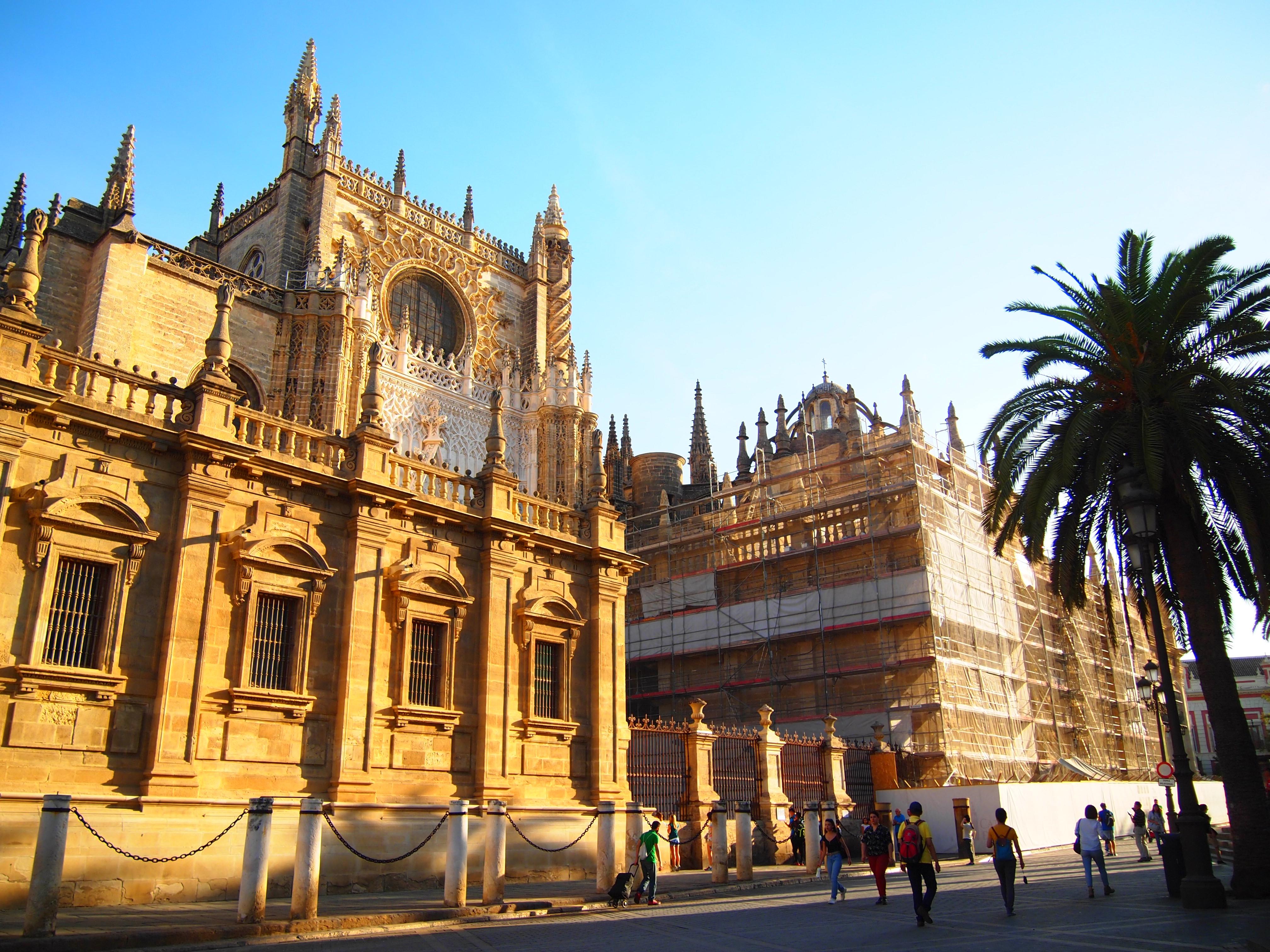 スペイン セビーリャ キャンプ テント 世界一周 ブログ 巡礼 コンポステーラ 大聖堂 茶